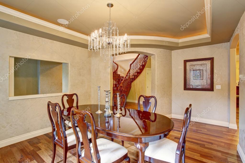 Klassieke eetkamer met prachtige glas kroonluchter u stockfoto