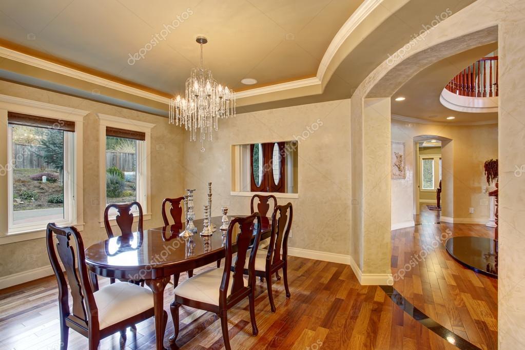 Sala da pranzo classica con Lampadario in vetro bella — Foto Stock ...