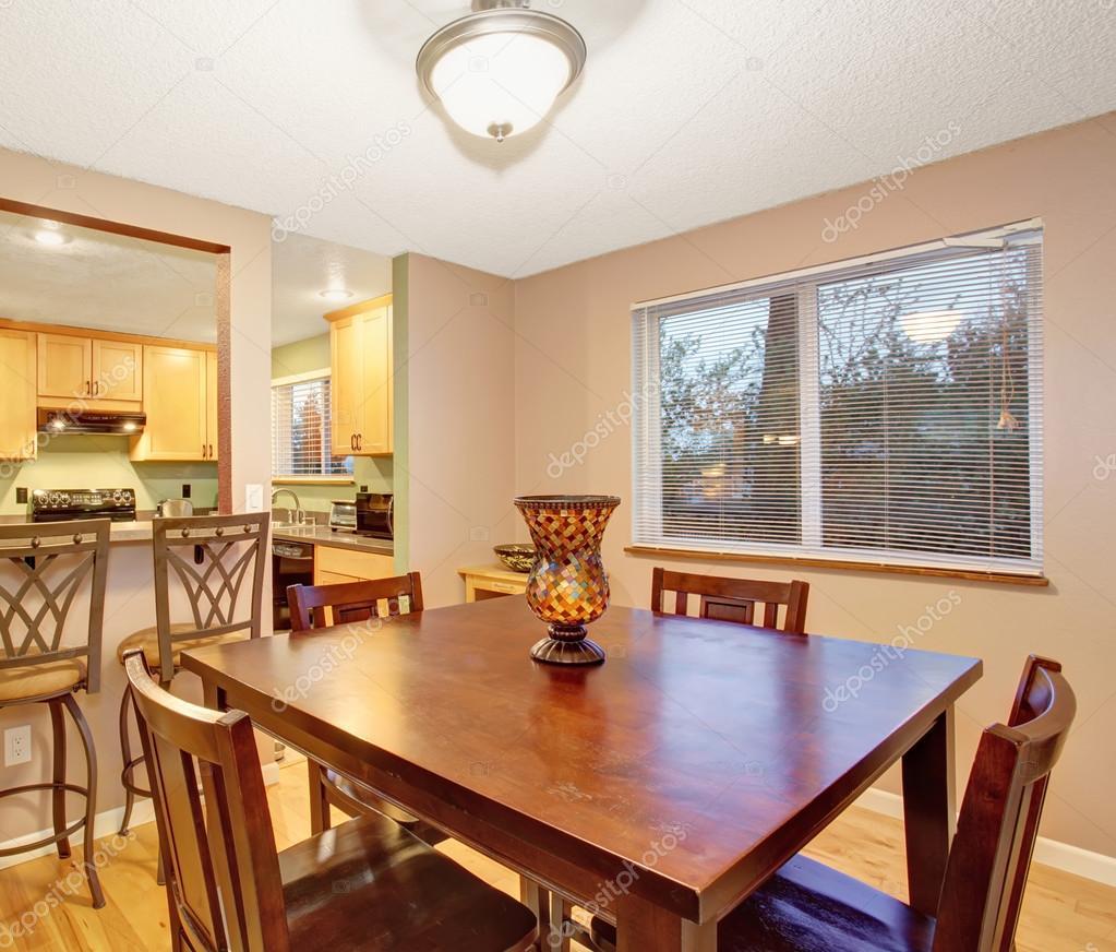 Piccola cucina e sala da pranzo con tavolo quadrato foto for Piccola sala da pranzo