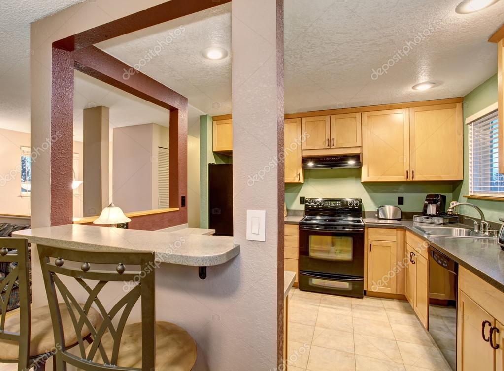 Kleine keuken en eetkamer met vierkante tafel u stockfoto