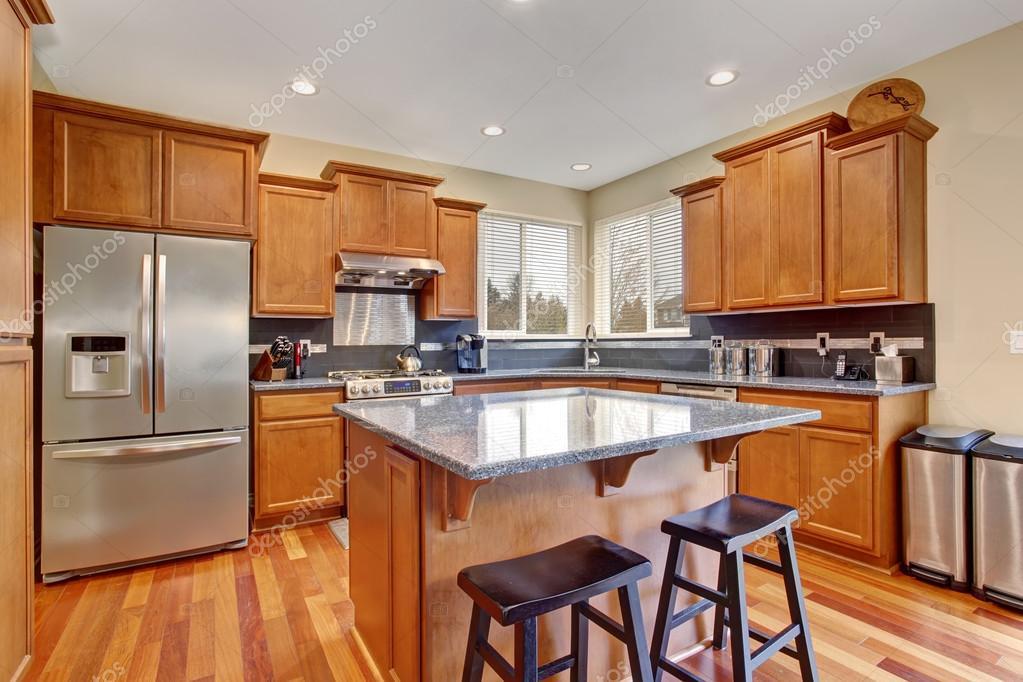 Cucina classica con isola e in acciaio inox frigorifero — Foto Stock ...