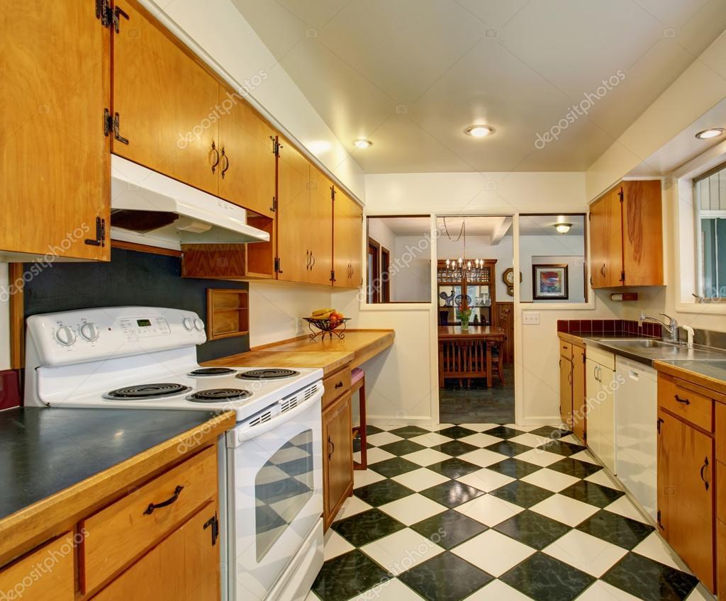 cucina classica americana con pavimento di piastrelle a scacchi foto stock 79523772