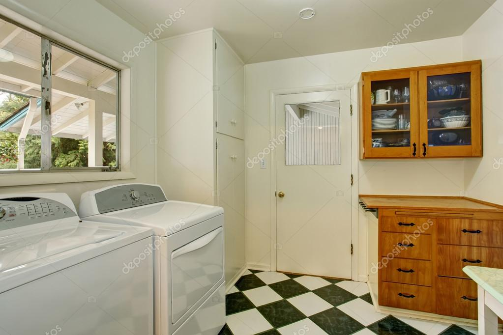 Autentico lavanderia con pavimento di piastrelle a scacchi u foto