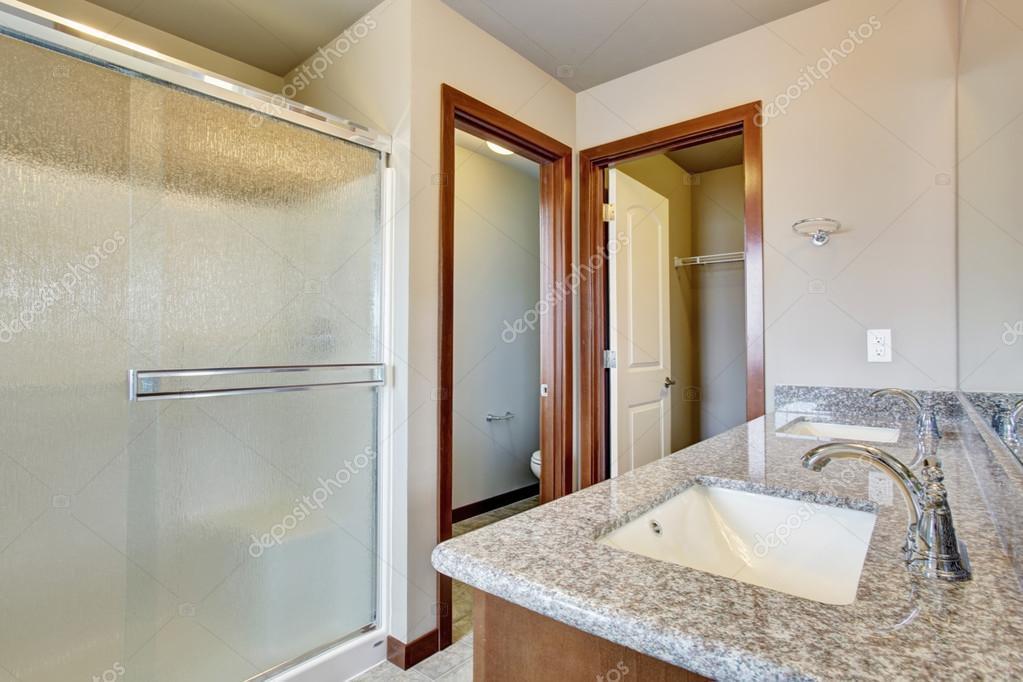 Moderno cuarto de baño con cuarto de aseo — Fotos de Stock ...