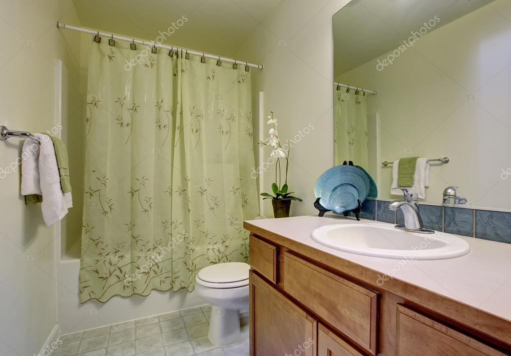 Classic bathroom with green shower curtain and tile floor. — Stock ...