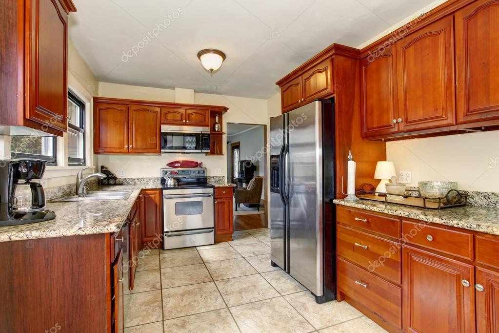 Cucina ben definito con il pavimento di piastrelle di grandi