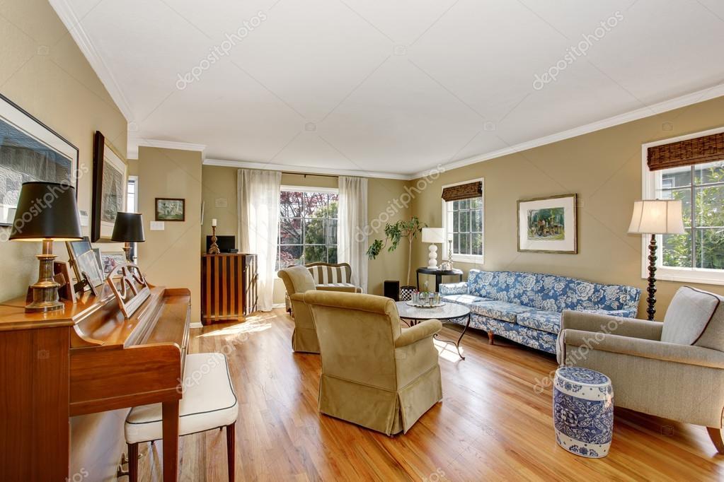 Vintage-Stil-Wohnzimmer mit Kamin — Stockfoto © iriana88w #79869324
