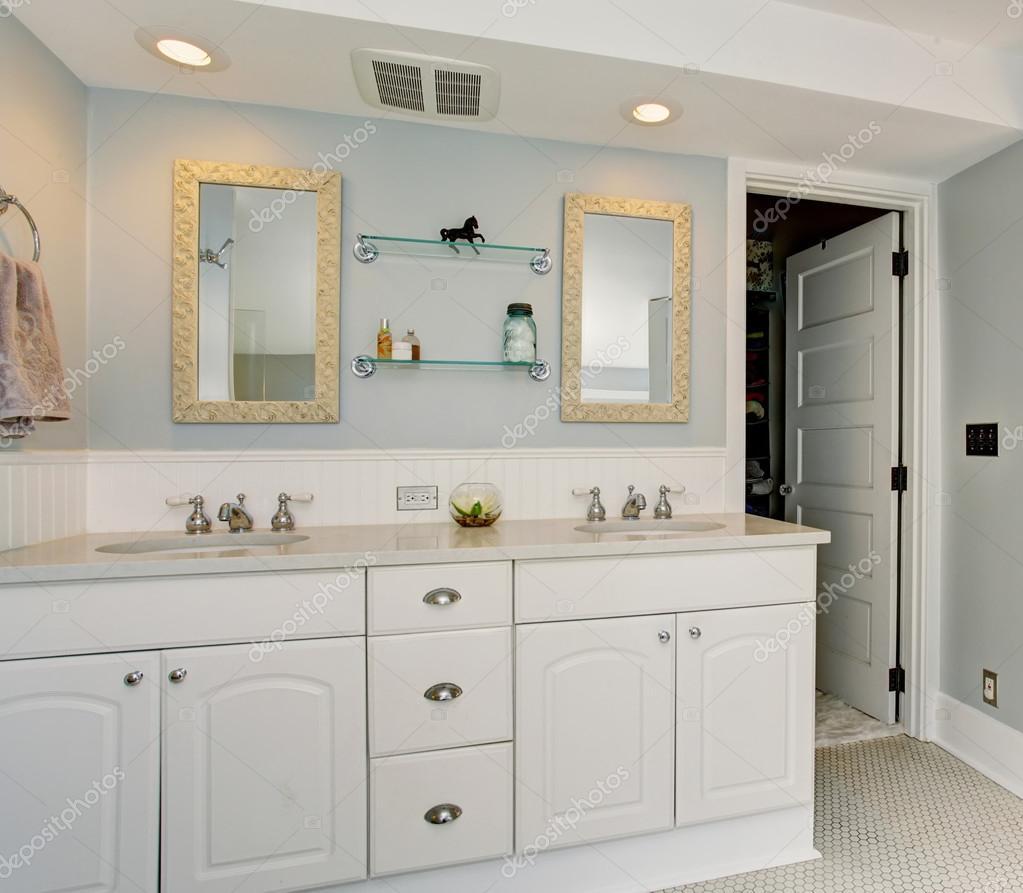 All white luxury master bathroom with vintage theme. — Stock Photo ...