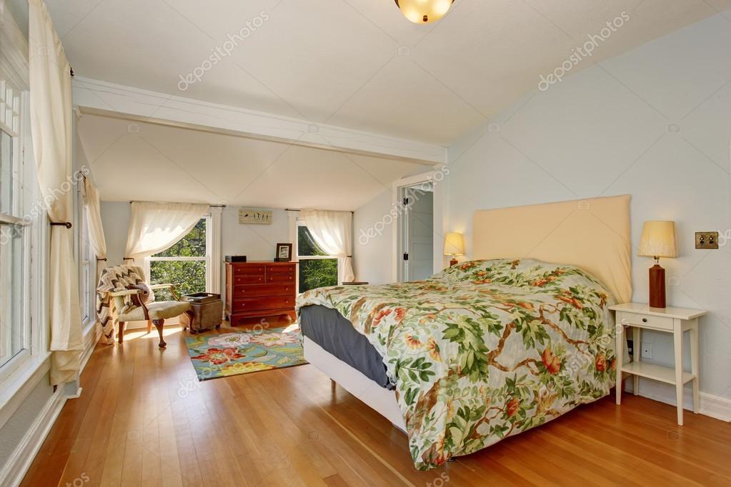 Nagy tavaszi tematikus hálószoba keményfa padló — Stock Fotó ...