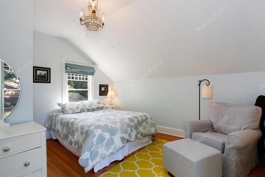 heldere slaapkamer met pastel voorjaar kleuren stockfoto