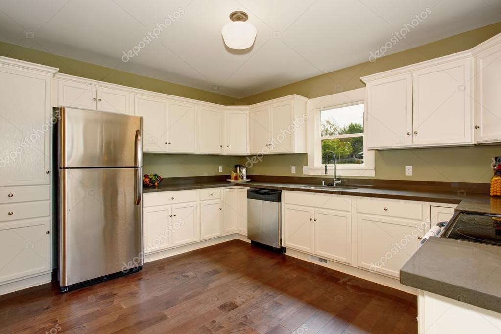 Klassieke keuken met groen interieur verf, en wit kasten — Stockfoto ...