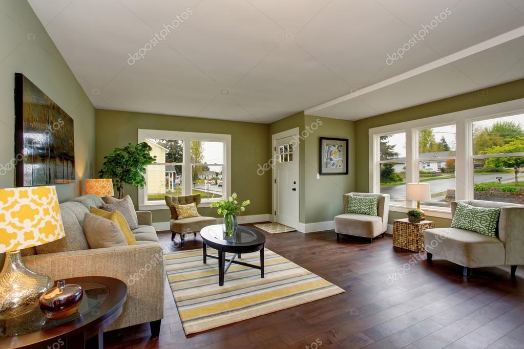 Groen In Woonkamer : Mooie woonkamer met groene en gele thema u stockfoto iriana w