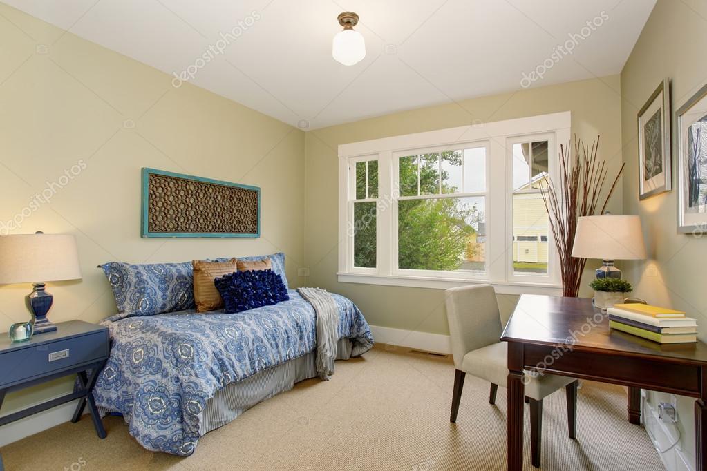 Salle de bureau ou quête maison confortable avec lit bleu