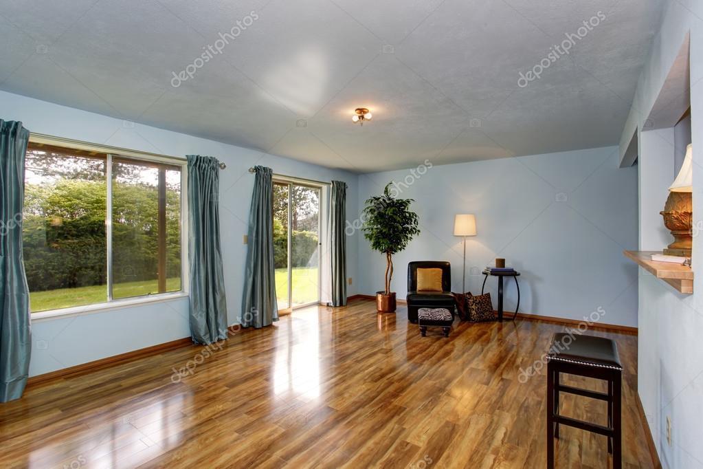 Secondaria soggiorno con pavimento blu interni e pavimenti in legno ...