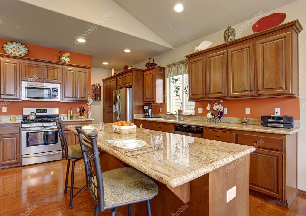 Cucina americana tradizionale con pavimento in legno lucido foto stock iriana88w 79972388 - Cucina americana ...