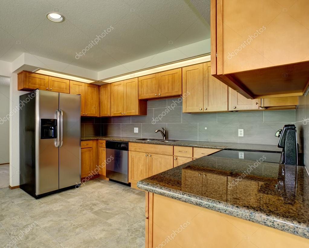 Cozinha Moderna Com Acentos Cinzas Fotografias De Stock