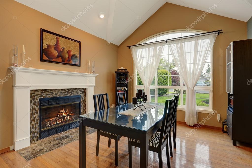 Sala da pranzo di lusso con set di tavolo e sedia nera — Foto Stock ...