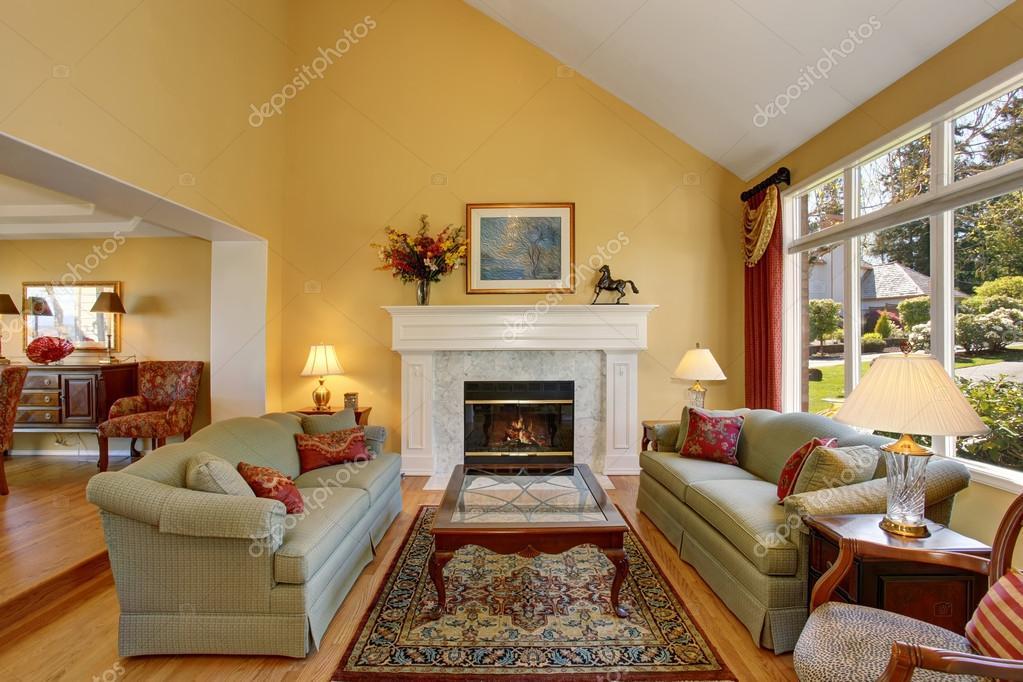 Briljante woonkamer met groene sofa\'s, en gele muren — Stockfoto ...
