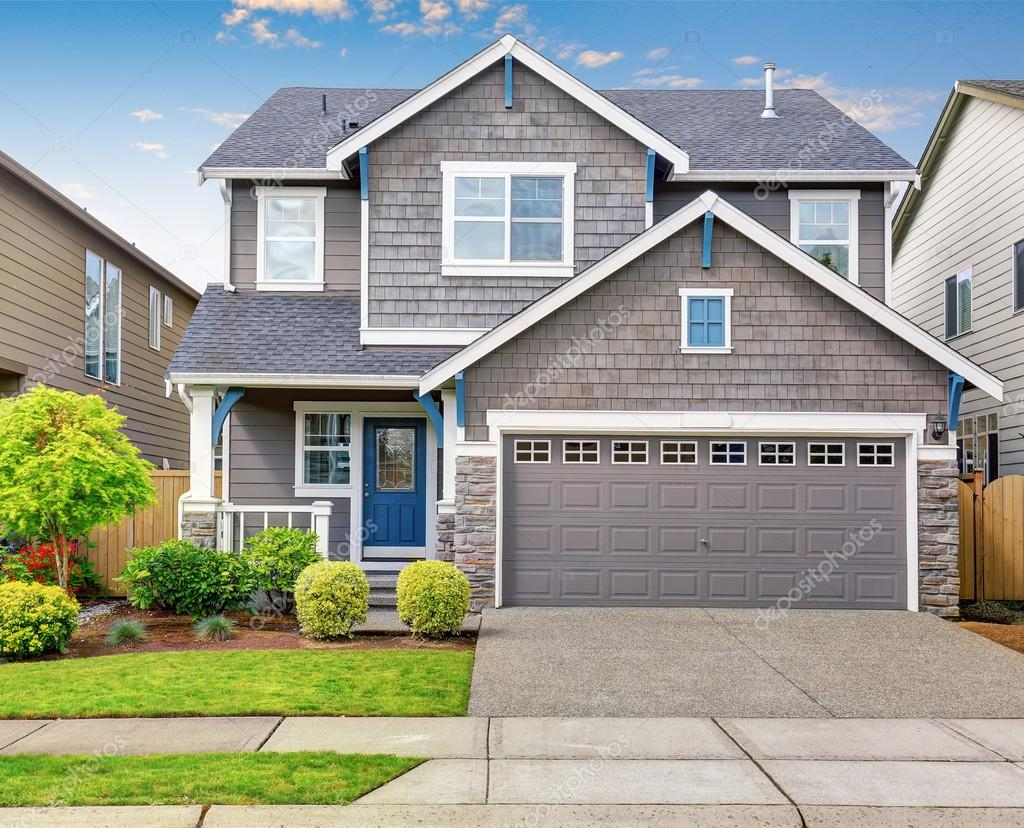 Modernes Haus mit grauen Exterieur und trim blau weiß — Stockfoto ...