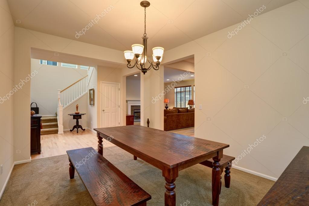 Moderne eetkamer met bank stijl tafel u stockfoto iriana w