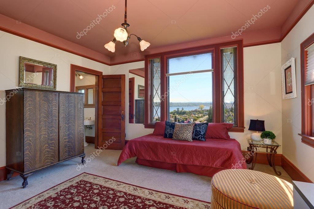 Rode Vloerbedekking Slaapkamer : Slaapkamer met rode interieur en tapijt u stockfoto iriana w