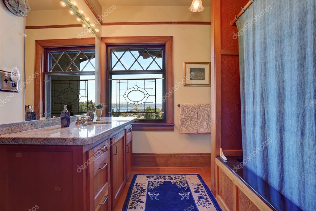 Tappeti Da Bagno Eleganti : Arredo bagno elegante con tappeto blu royal u foto stock