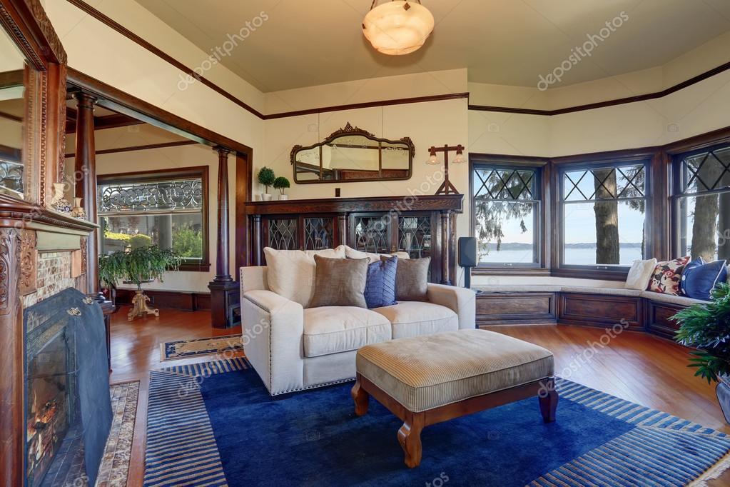 Authentischen Stil Wohnzimmer mit royal blauen Teppich — Stockfoto ...