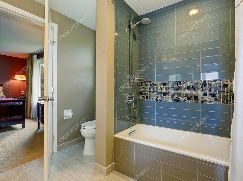 Interiore della stanza da bagno con piastrelle doccia a parete e
