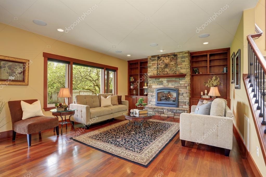 Tradicional sala de estar con piso de madera foto de for Sala de estar de madera