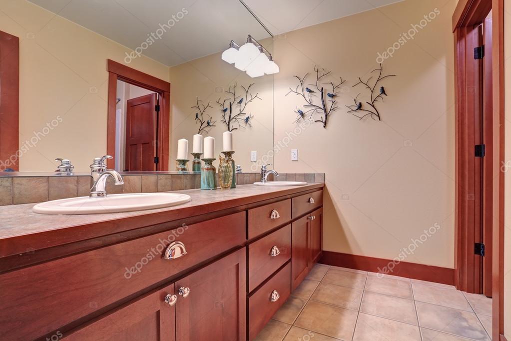 Belle Salle De Bains Avec Carreaux Rouge Et Plancher Bois Ccabinets Image
