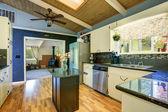 Zmodernizovaná kuchyň s modrými stěnami