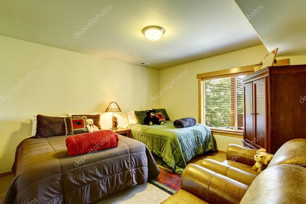 Slaapkamer Groen Bruin : Grote dubbele slaapkamer met bruin en groen bedden u stockfoto