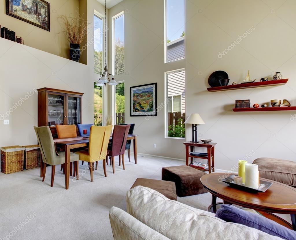 Kleurrijke Witte Woonkamer : Mooie woonkamer met witte tapijt en kleurrijke decor u2014 stockfoto