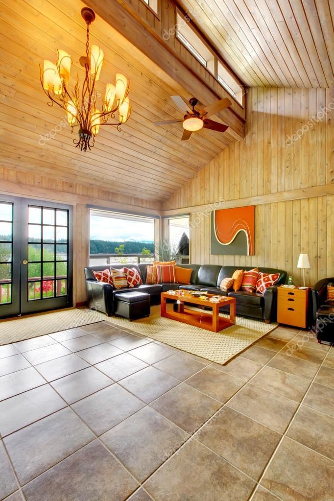 Incredibile soggiorno con finestre gigantesche e pavimento di ...