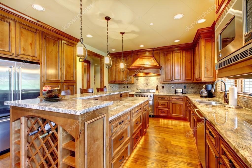 Hervorragende Küche mit gebeizt Holz Schränke und Holzboden ...