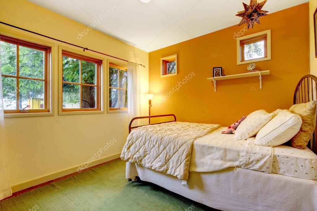 Ragazze di pittoresco e accogliente camera da letto con una parete ...