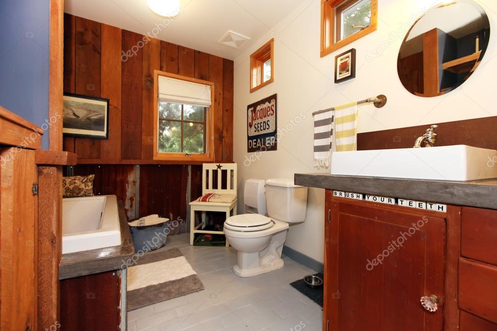 Bagno unico stile vintage con pavimento di piastrelle u foto stock