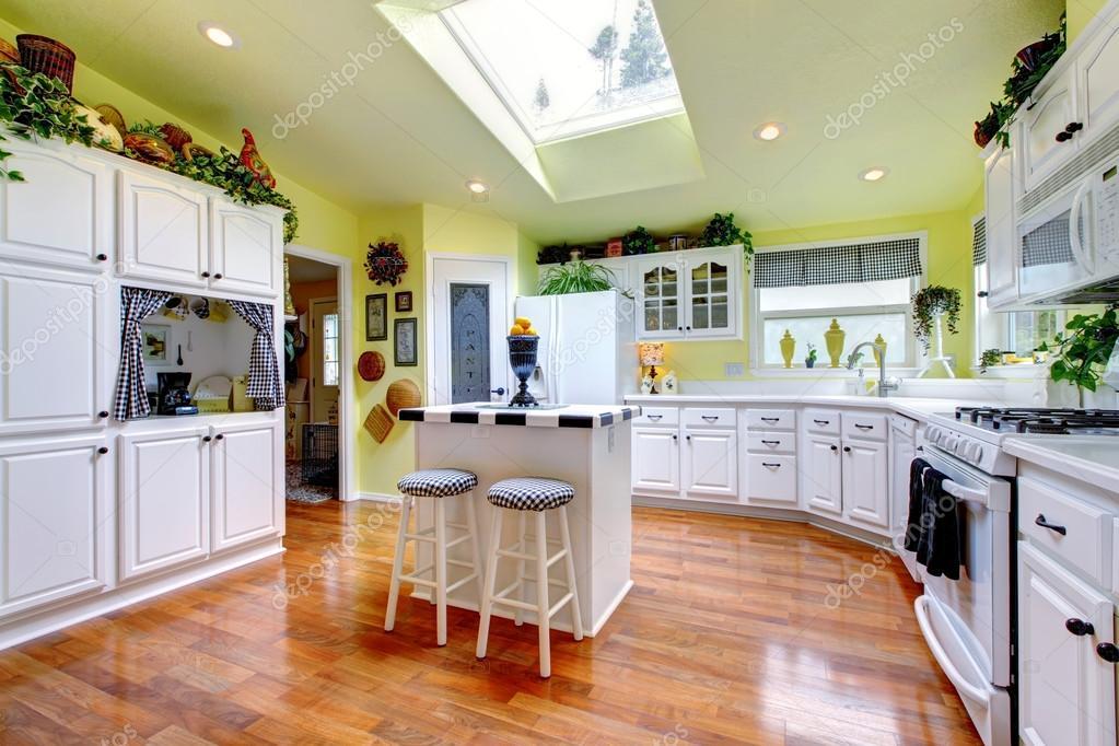 De Perfecte Keuken : Perfecte keuken met wit interieur gele wanden en hardhout