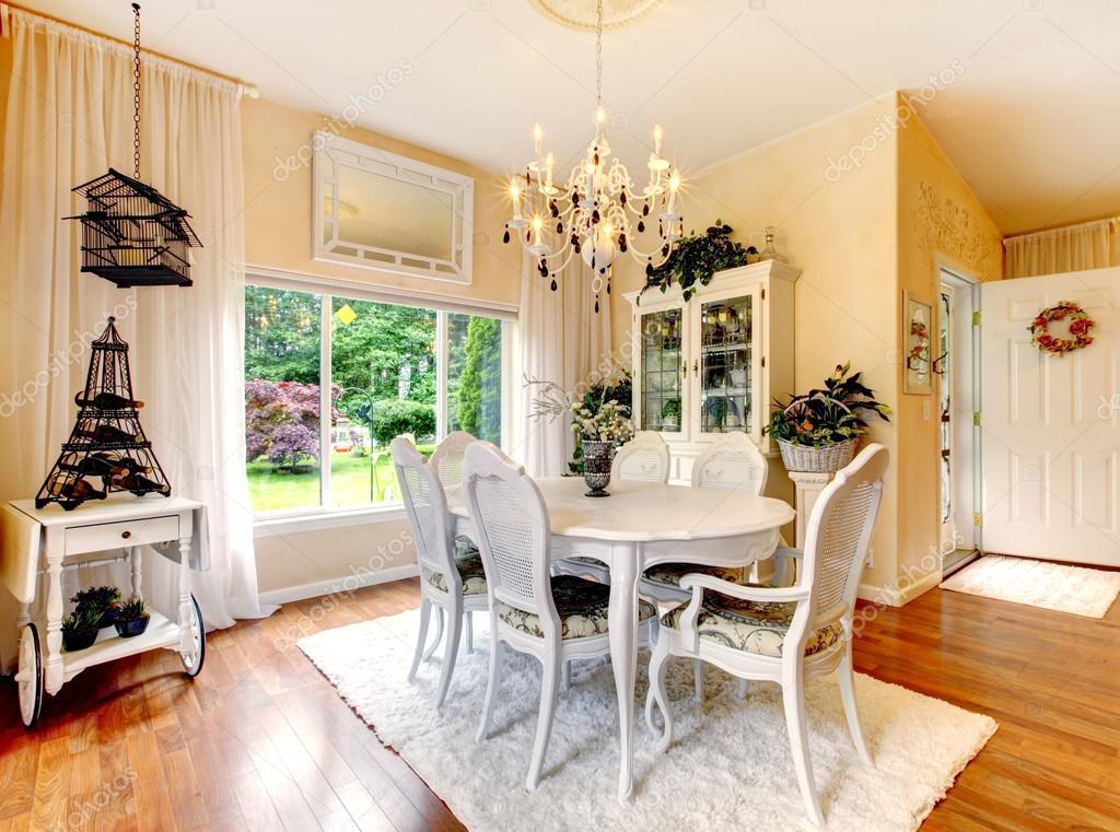 Cucina perfetta con interno bianco, pareti gialle e pavimenti in ...