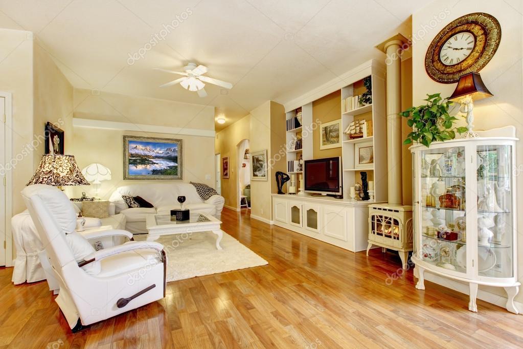 Incredibile soggiorno con mobili bianchi e pavimenti in legno — Foto ...