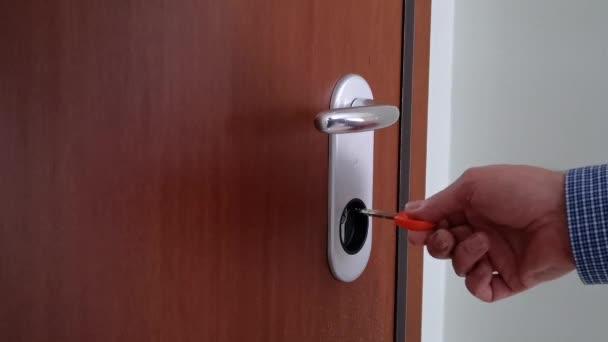 Männliche Hand verriegelt eine Sicherheitstür
