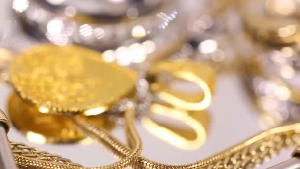 různé vzácné šperky kusy rotující zblízka