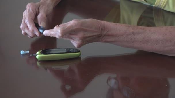 Žena, která dělá domácí krevní test na diabetis