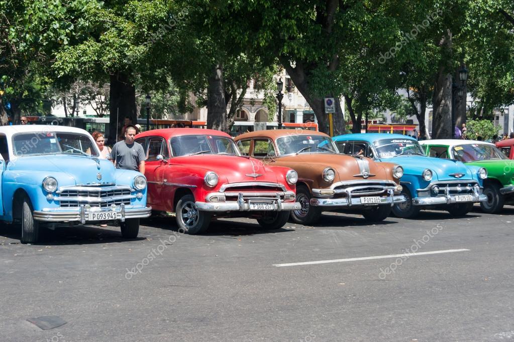 alte autos auf dem parkplatz in kuba redaktionelles. Black Bedroom Furniture Sets. Home Design Ideas
