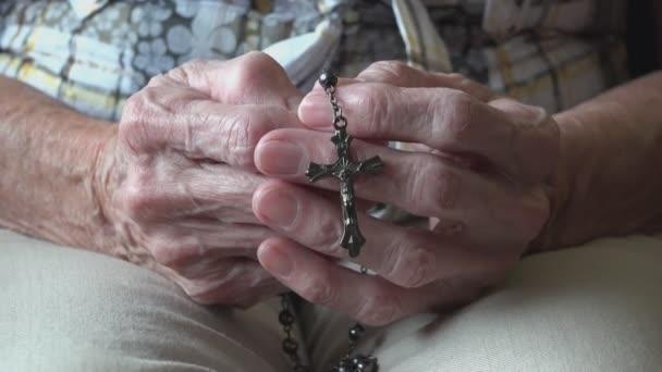 Stará dáma se modlí k Bohu