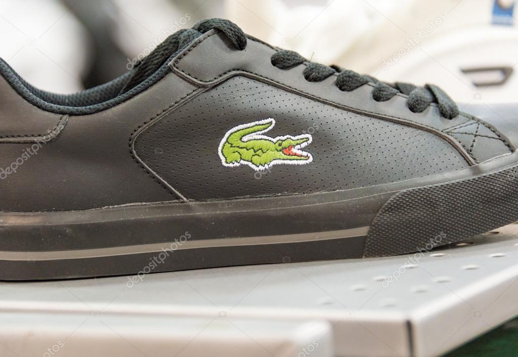 Étagère Éditoriale Magasin — Photo Dans De Lacoste Chaussure Une 5j43ARL