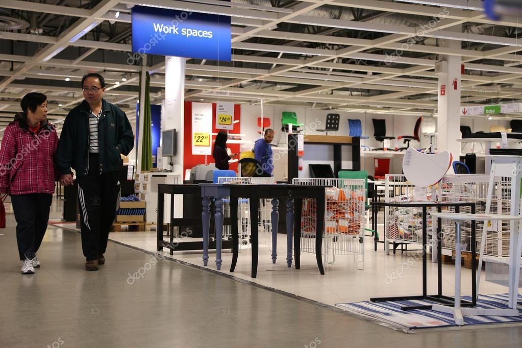 gente che compera all 39 interno del negozio ikea foto editoriale stock payphoto 103766796. Black Bedroom Furniture Sets. Home Design Ideas