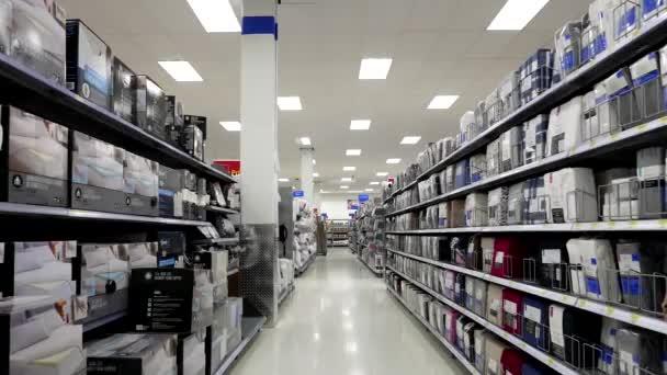mattress sheet and topper corridor in walmart store vídeo de stock
