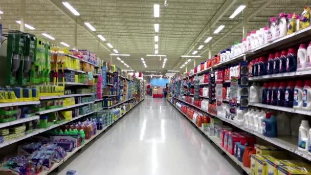 Čištění produktu koridor v supermarket