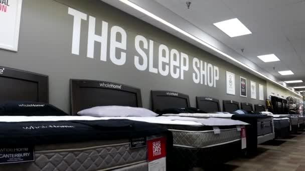Mujer tratando de nuevo colchón dentro de la tienda Sears — Vídeo de ...
